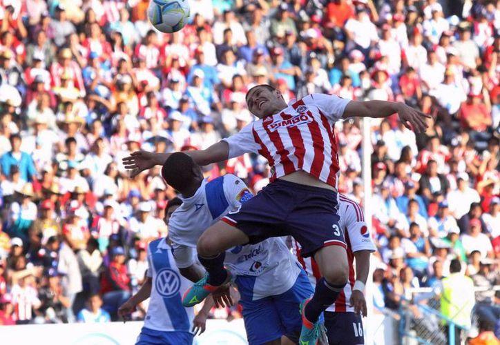 Puebla no aprovechó las ocasiones de gol que generó ante un Guadalajara que tuvo mucha suerte. (Notimex)