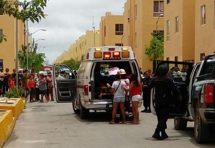 El lesionado todavía alcanzó a decirle a la policía que se encontraba sentado frente a su edificio cuando se le acercó un sujeto y le disparó. (Foto: Redacción/SIPSE).