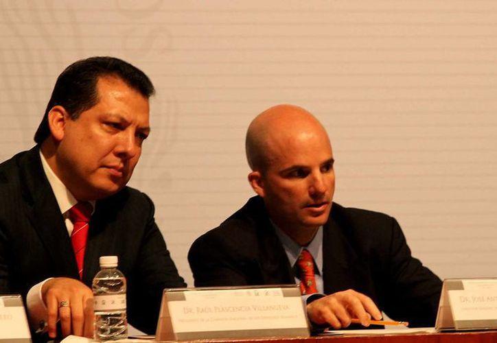 José Antonio González director del IMSS, y Raúl Plascencia, de la CNDH, firmaron un convenio para fomentar la capacitación, sensibilización y formación en derechos humanos. (Notimex)