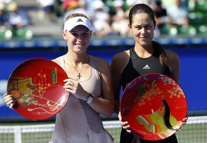 El Abierto de Tokio parece ser de buena suerte para Ana Ivanovic (d), pues la primera vez que compitió ahí terminó como subcampeona y ahora consiguió el título ante Caroline Wozniacki. (Foto: AP)