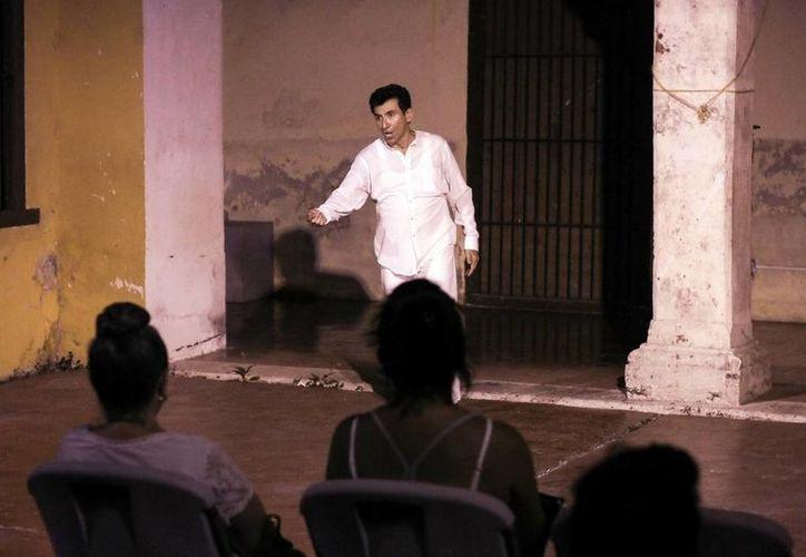 La puesta en escena revive el estilo bululú, donde un único interpreta a todos los personajes de la historia. En la foto, Juan Ramón Góngora durante la realización de su comedia. (Milenio Novedades)