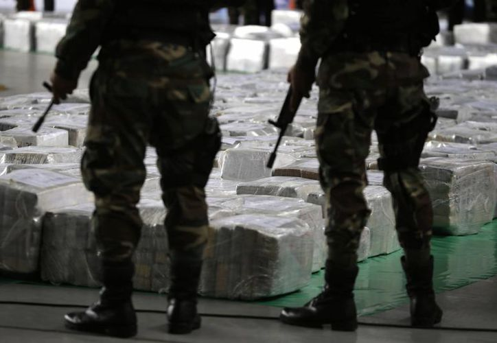 Agentes de policía hacen guardia junto a un cargamento de cocaína durante su presentación a la prensa en Lima, Perú. (Agencias)