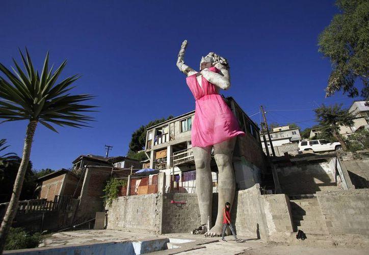 """El cáncer de mama es uno de los padecimientos más frecuentes entre las mujeres mexicanas. En la imagen, la escultura denominada """"La Mona"""", en Tijuana, fue vestida de color rosa para concientizar sobre la prevención del cáncer de mama. (Archivo/Notimex)"""