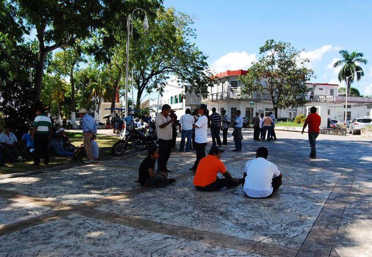 Unos 200 ejidatarios se presentaron en las instalaciones del gobierno municipal para demandar una segunda evaluación y apoyo. (Harold Alcocer/SIPSE)