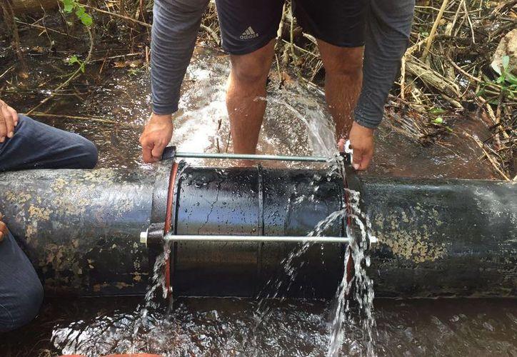 Luego de casi ocho horas los habitantes de Chicxulub puerto volvieron a contar con agua potable, tras una fuga y falla en el sistema de distribución. (Gerardo Keb/Milenio Novedades)