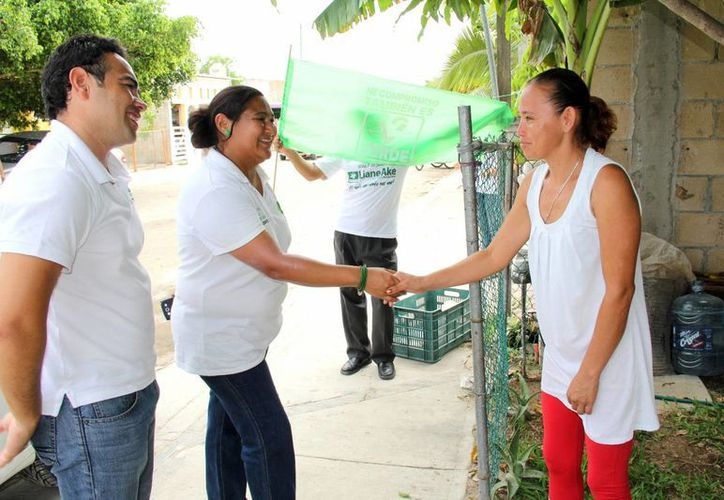 Liane Ake Canto, del PVEM, visitó a habitantes de las colonias. (Adrián Barreto/SIPSE)