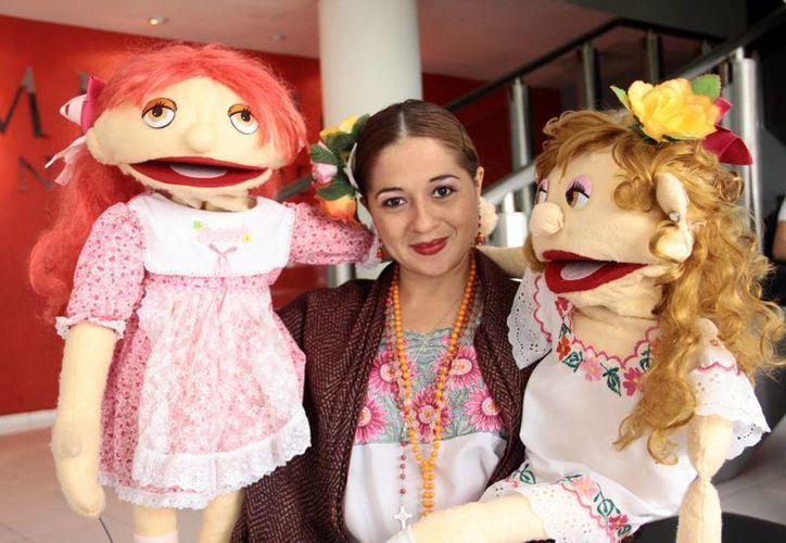 Norma Rodríguez junto con los 'protagonistas' de 'La caja mágica de X'luuc', obra que se presentará este viernes a las 18:00 horas en la biblioteca del centro cultural José Martí. (SIPSE)