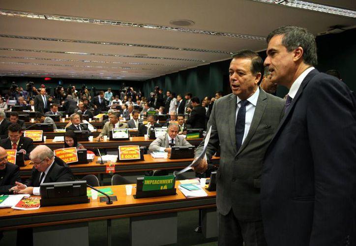 El abogado general del Estado brasileño, José Eduardo Cardozo (d) y el diputado instructor, Jovair Arantes (2d) asisten a una sesión de la comisión parlamentaria que acabará con una votación crucial para el futuro del proceso contra la presidenta Dilma Rousseff. (EFE)