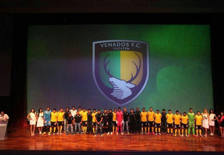 Esta tarde no solo se presentó al plantel de Venados FC Yucatán que afrontará la próxima campaña sino también los uniformes que vestirán. (Amílcar Rodríguez/Milenio Novedades)