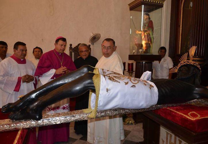 Monseñor José Francisco González González ante el Cristo Negro de San Román. (Foto: Novedades de Campeche)