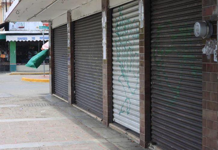 De los 162 locales comerciales que se encuentran sobre la avenida Héroes, por lo menos 30 han bajado cortinas, por la situación que se presenta. (Harold Alcocer/SIPSE)