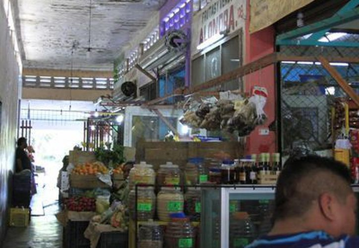 El mercado requiere una inversión aproximada de 10 millones de pesos para el cambio de plafón. (Harold Alcocer/SIPSE)