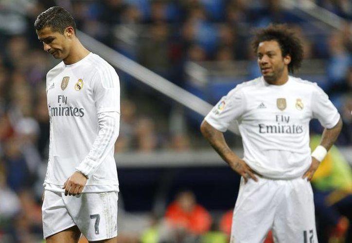 Uno de los golpes más dolorosos para el Real Madrid en 2015 fue la derrota sufrida en el Clásico español ante el Barcelona. Con cuatro goles, los blaugranas blanquearon a los jugadores merengues quienes no pudieron ocultar la humillación. (Archivo AP)