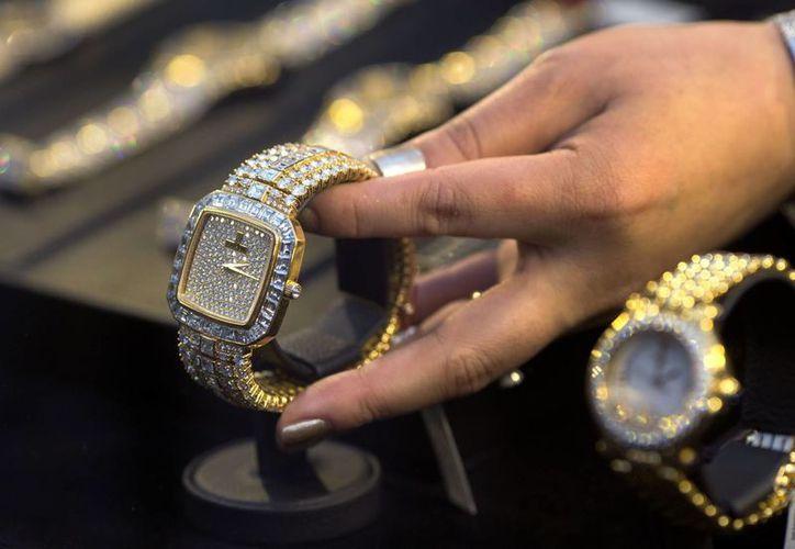 Entre las joyas se cuentan 39 relojes de oro y piedras preciosas como diamantes y aguamarinas. (AP)