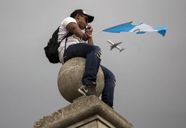 Los guatemaltecos han tomado las calles en múltiples ocasiones para exigir la renuncia del actual presidente Otto Pérez Molina. (AP)