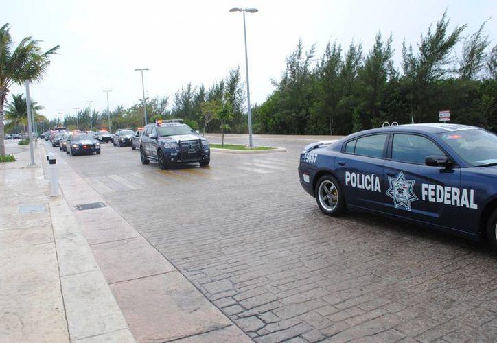 Arribaron vehículos con personal de la Unidad de Asuntos Internos de la Policía Federal para continuar la investigación. (Redacción/SIPSE)