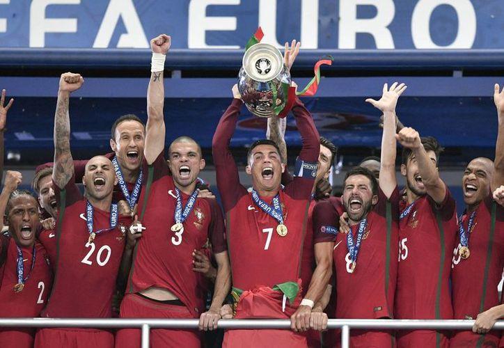 Los portugueses consiguieron su primera Eurocopa en su historia. (AP)