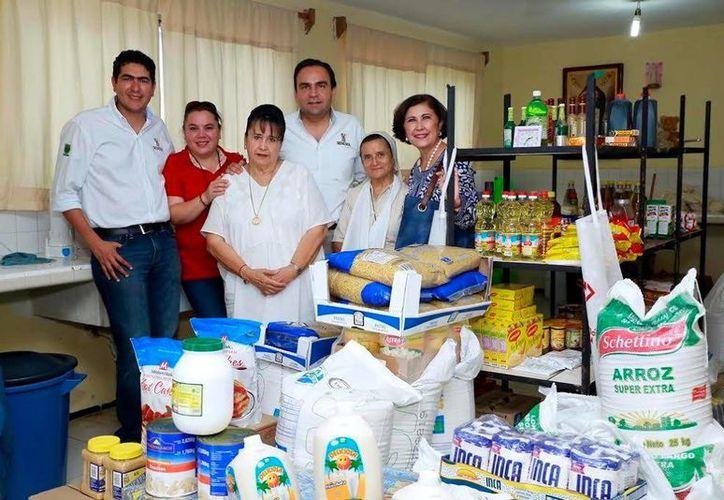 Los víveres fueron entregados ayer a María Elena Gamboa Patrón y Beatriz Zoreda de Achurra, damas voluntarias, así como Gina Dogre Oramas,  Eduardo Pasos Millán y Sor Magdalena. (Milenio Novedades)