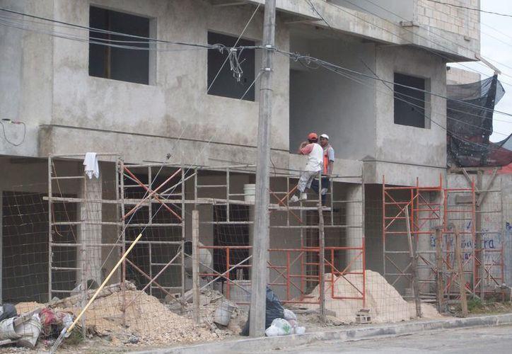 Los albañiles están trabajando en obras públicas, en remodelaciones de hoteles, casas o edificios. (Yenny Gaona/SIPSE)