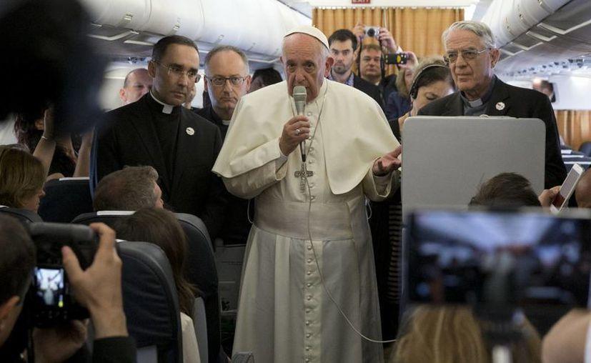A bordo de un avión rumbo a Roma, el Papa Francisco pidió respeto hacia los homosexuales y otros grupos marginados como los pobres y los explotados. (AP)