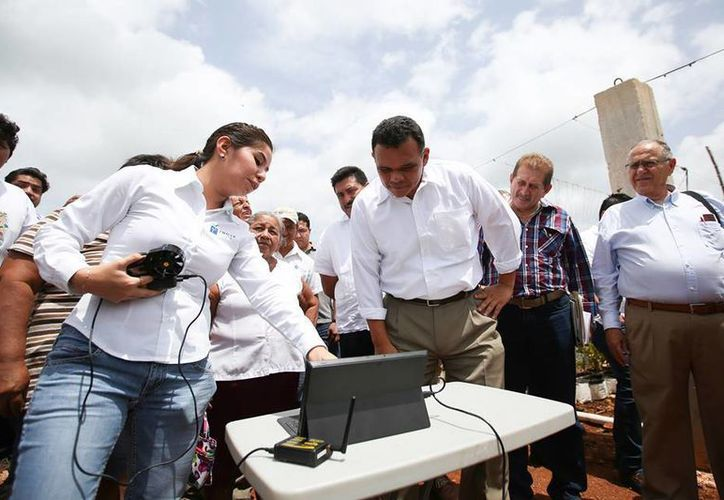 Ayer martes, Rolando Zapata visitó el Centro de Investigaciones Agrícolas Znova Agro, en el municipio de Hocabá. (Cortesía)