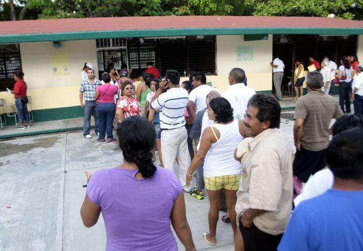 Decenas de votantes se aglomeraron en las instalaciones de la escuela primaria. (Israel Cárdenas/SIPSE)