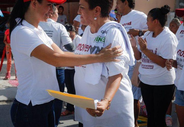 Laura Fernández realizó una caminata por el fraccionamiento Villas Morelos I para informar sobre sus propuestas. (SIPSE)