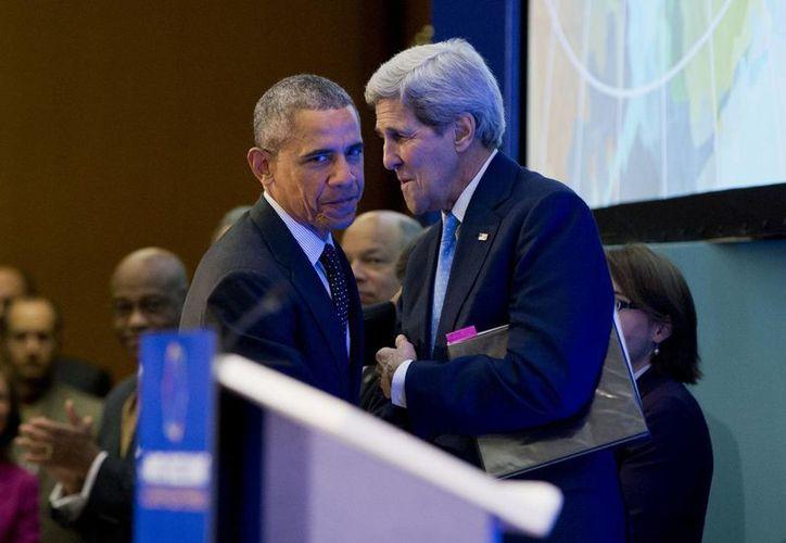 El presidente Barack Obama pasa junto al secretario de Estado John Kerry para hablar ante los asistentes a la Cumbre para Contrarrestar el Extremismo Violento. (Agencias)