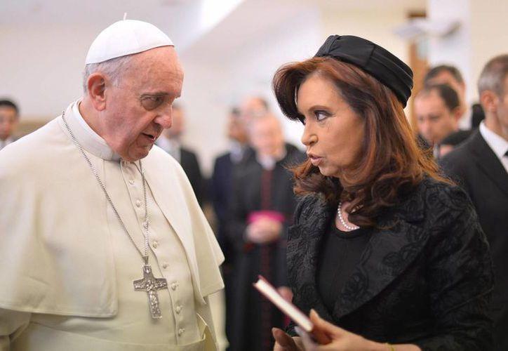 En la imagen, el Papa Francisco junto a la presidenta de Argentina, Cristina Fernández de Kirchner. (Archivo/EFE)