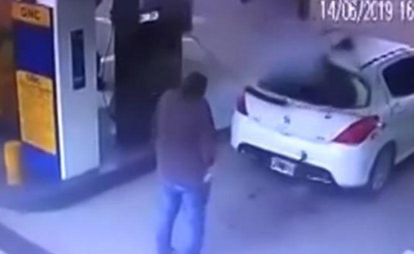 Los sujetos intentaban cargar combustible en el vehículo. (RT)