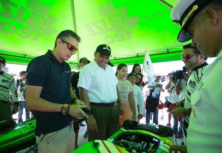 """El domingo, Rolando Zapata Bello acudió a la apertura del 9° Gran Premio Yucatán 2015 de Motos Acuáticas """"Campion de México"""", en Progreso. (Cortesía)"""