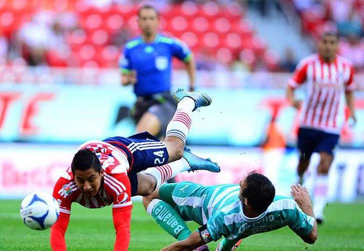 Las Chivas Rayadas del Guadalajara cayeron ante el sotanero general Santos Laguna 3-0, la tarde de este domingo en el Estadio Omnilife. (Mexsport)