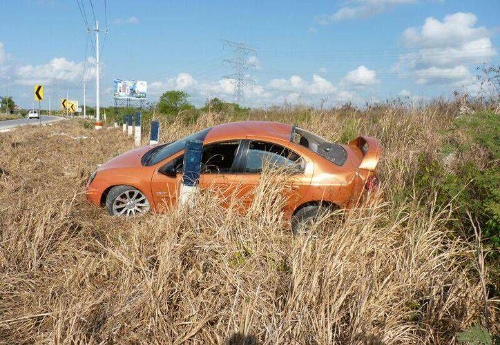 Luego de salirse de la carretera, el conductor del vehículo sacó sus pertenencias del auto y siguió su camino a bordo de una Van de transporte colectivo. (Redacción/SIPSE)