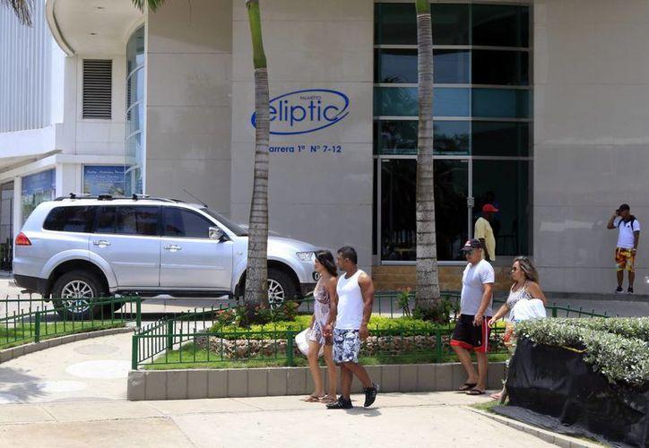 Fachada del edificio Palmetto Eliptic desde el cual una adolescente colombiana de 15 años sobrevivió tras caer desde un piso 26 a la piscina del edificio, este jueves, en el sector turístico de Bocagrande en Cartagena. (EFE)