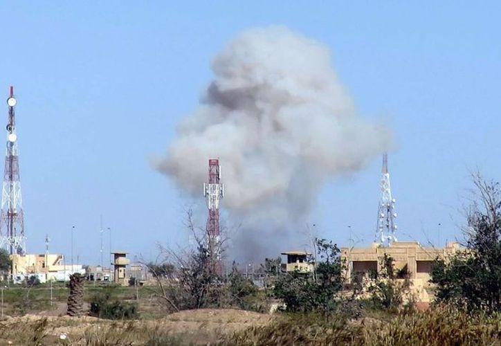 Vista del humo que se levanta en medio de combates entre soldados iraquíes contra las fuerzas del Estado Islámico, en el norte de Irak. (Archivo/EFE)