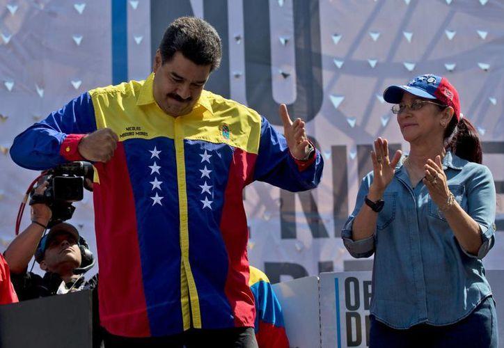El presidente Maduro dijo que todos sus funcionarios recibirán instrucciones para contraatacar a la oposición. (AP)