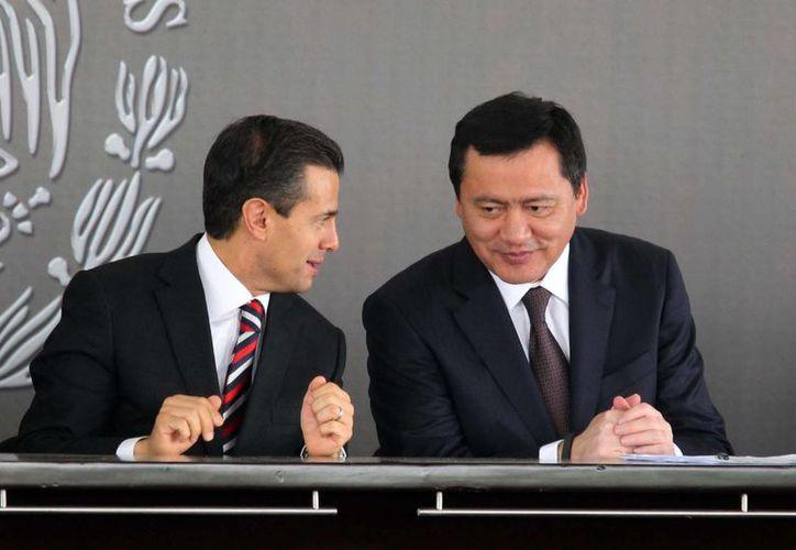 El presidente Enrique Peña Nieto y el secretario de Gobernación, Miguel Ángel Osorio Chong, durante la ceremonia por el aniversario luctuoso de José María Morelos y Pavón. (Notimex)