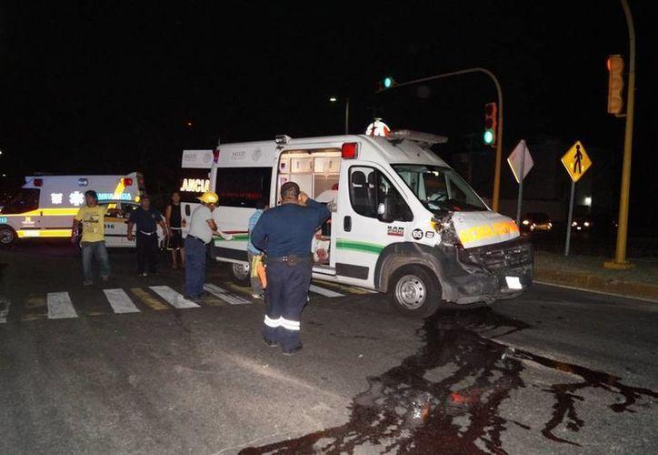 El conductor de la ambulancia resultó con trauma de torax, el paciente por su parte, presentó pérdida de sangre tras caer de la camilla. (Redacción/SIPSE)