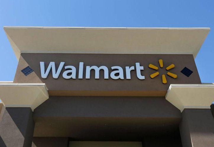 Imagen del 19 de septiembre de 2013 de la facha de una tienda de Walmart en San José California, EU. La firma enfrenta una demanda colectiva por sobornos en México.(Foto: AP/Jeff Chiu)