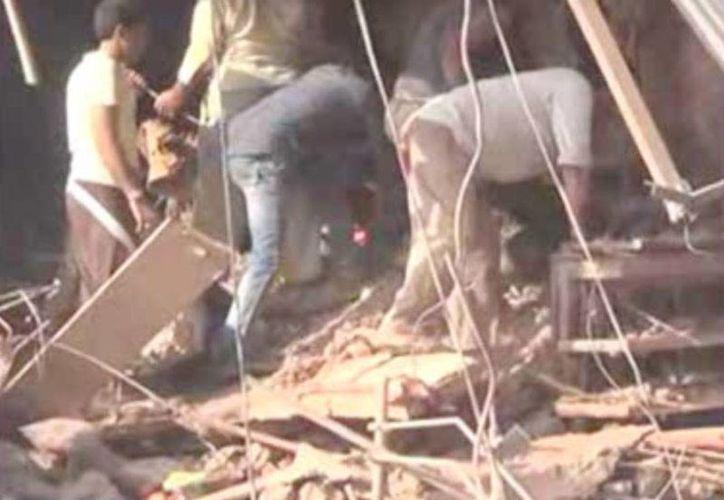 Imagen tomada de un video en la que puede verse parte de los daños que dejaron dos explosiones en un restaurante de la India. (AP)