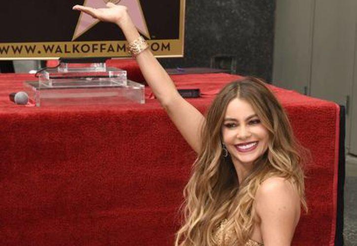 Sofía Vergara estuvo con sus padres y su prometido durante la develación de su estrella en el Paseo de la Fama de Hollywood. (Foto: AP)