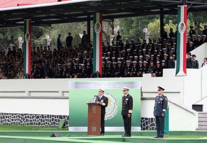 El secretario de Marina Vidal Francisco Soberón encabezó en Campo Marte la ceremonia de izamiento de bandera con motivo de la Gesta Heroica de Veracruz, del 21 de abril de 1914. (Notimex)