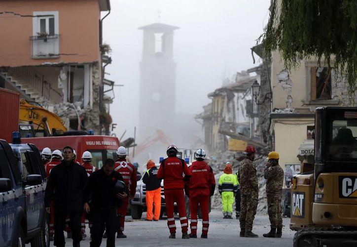 Algunos de los maltrechos edificios de la golpeada Amatrice mostraban nuevas grietas tras la réplica más fuerte, registrada a las 06:28 de la mañana. (AP/Andrew Medichini)