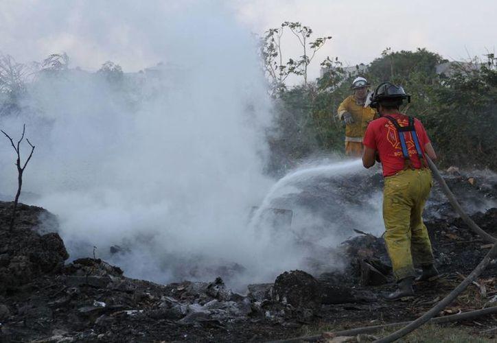 Con frecuencia son atendidos enlas zonas de asentamientos irregulares, donde usan el fuego para deshacerse de la basura, hojas secas o limpiar el terreno. (Archivo/SIPSE)