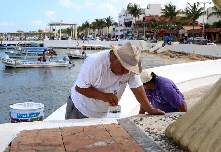 Los empleados de dirección de Servicios Públicos de Cozumel, se encargan de mantener la buena imagen de la isla. (Cortesía)