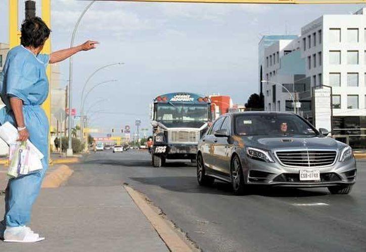 Sergio Lorenzo duró siete días hospitalizado por la operación que le realizaron en una ingle. En la foto, hace la parada a un autobús. (diario.mx)