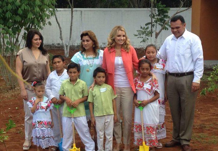 La esposa del presidente Enrique Peña Nieto, Angélica Rivera, con el gobernador de Yucatán, Rolando Zapato Bello, su esposa Sarita Blancarte y varios niños y una mujer no identificada en una escuela de la comunidad de Paraíso, Progreso. (Milenio Novedades)