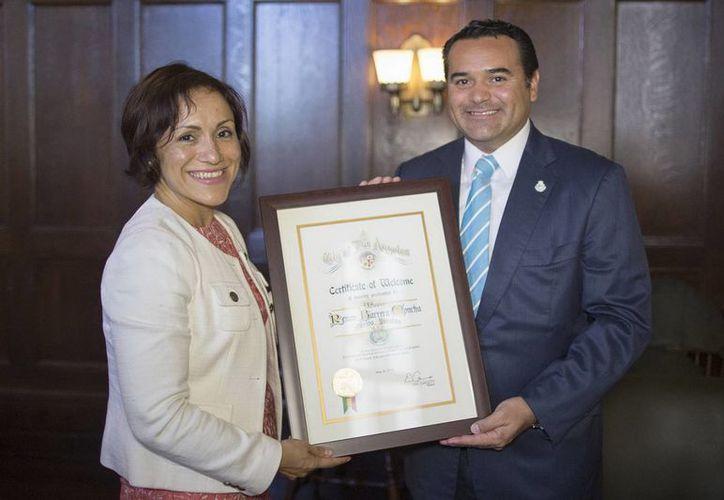La jefa de gabinete del Ayuntamiento de Los Ángeles, Ana Guerrero, entregó reconocimiento al Alcalde de Mérida. (Milenio Novedades)