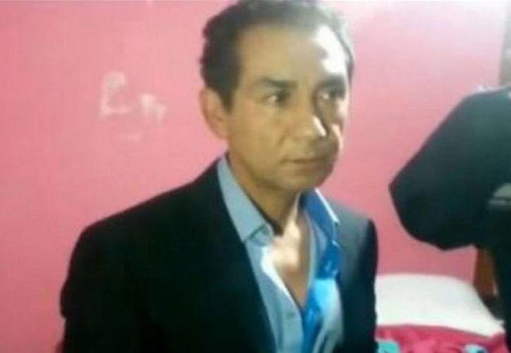 José Luis Abarca se encuentra bajo proceso penal por el crimen contra los estudiantes de Ayotzinapa. Imagen del momento de su detención. (univision.com)
