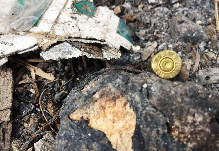 En el lugar de los hechos todavía se encuentran cartuchos percutidos de calibre .223. (Edgardo Rodríguez/SIPSE)